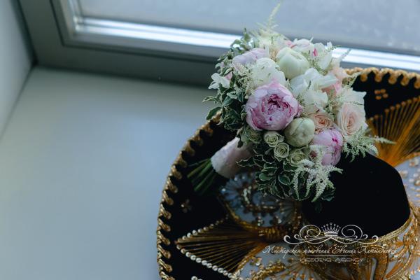 Свадебный букет невесты из бело-розовых пионов