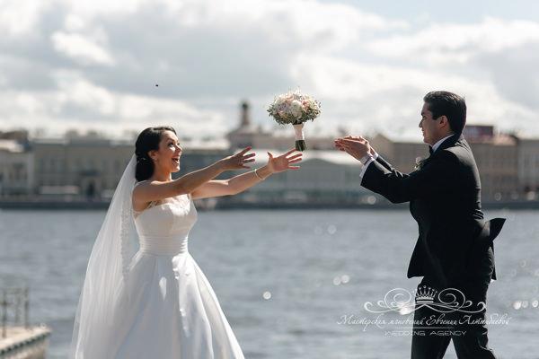 Встреча жениха и невесты в день свадьбы