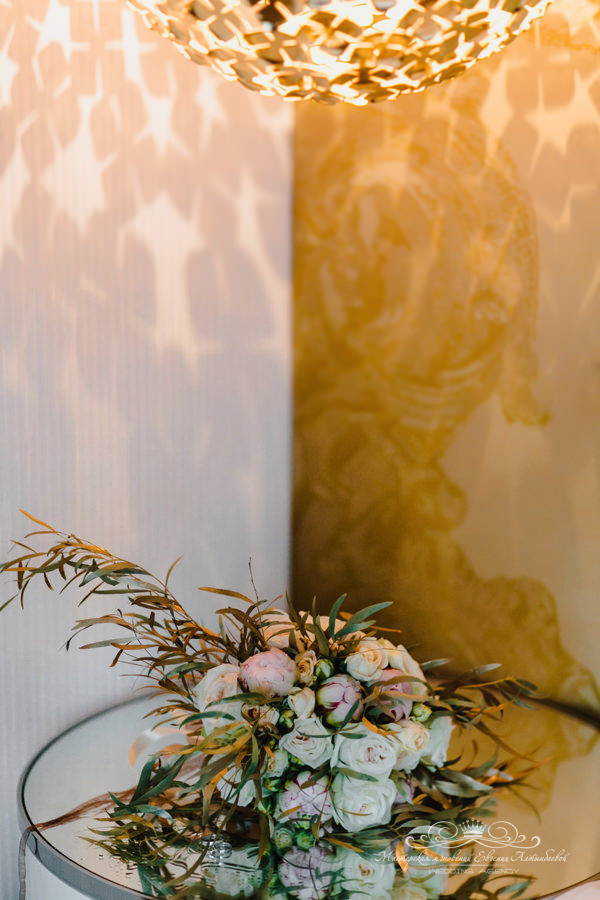 Великолепный свадебный букет с пионами и золотом