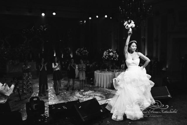 Бросание букета на роскошной свадьбе в Летнем дворце
