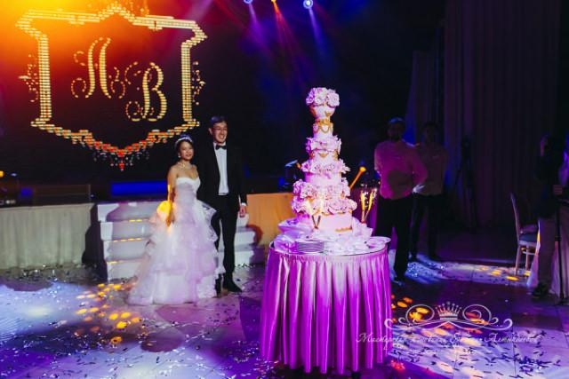 Многоярусный свадебный торт