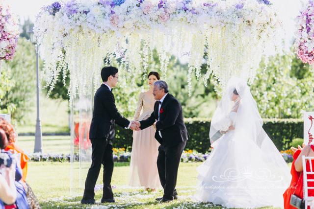 Роскошная свадебная арка на свадьбе в Летнем дворце