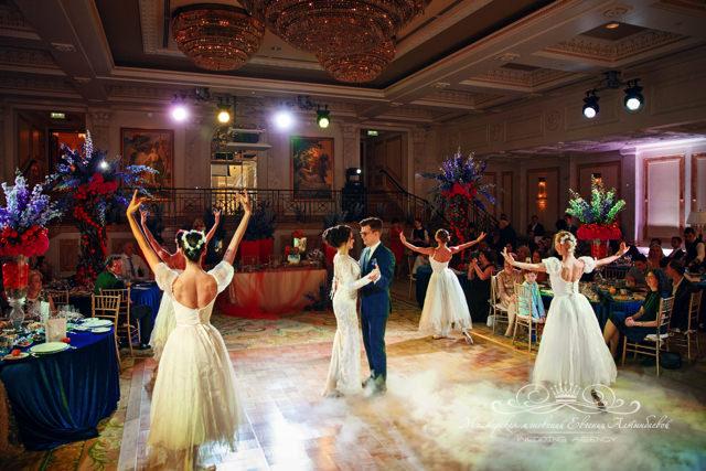 Красивый свадебный танец с балеринами в зале Монферан