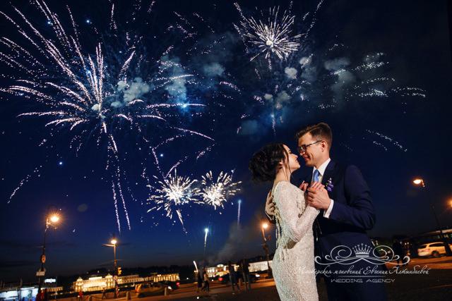 Свадебный салют в самом центре Петербурга