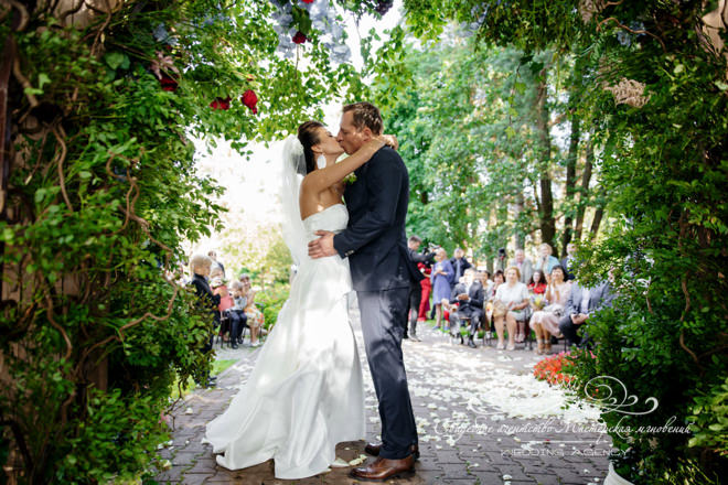 Свадебный поцелуй в загородном клубе Скандинавия