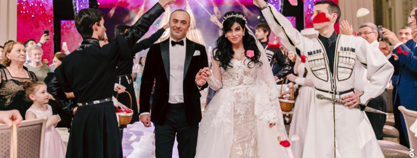 Арка с саблями на грузинской свадьбе