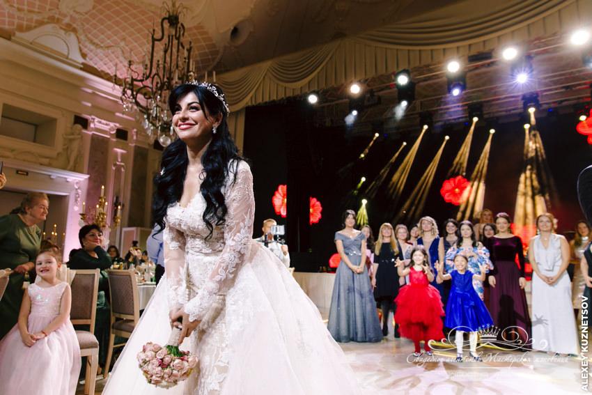 Невеста бросает букет на грузинской свадьбе